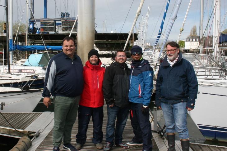Eric Bretagne (à droite), avec un groupe de futurs formateurs de permis bateau