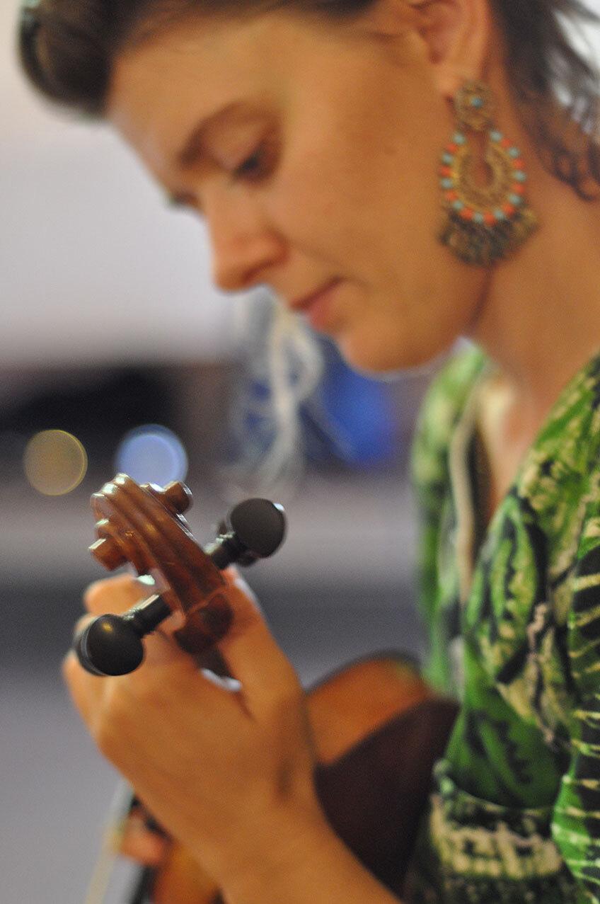 Klara Wojtkowska playing the violin
