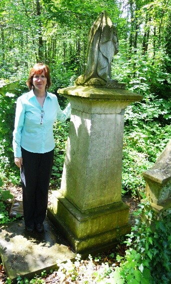 Prof. Katie Sweeting at Joanna Vassa's grave - Equiano's daughter