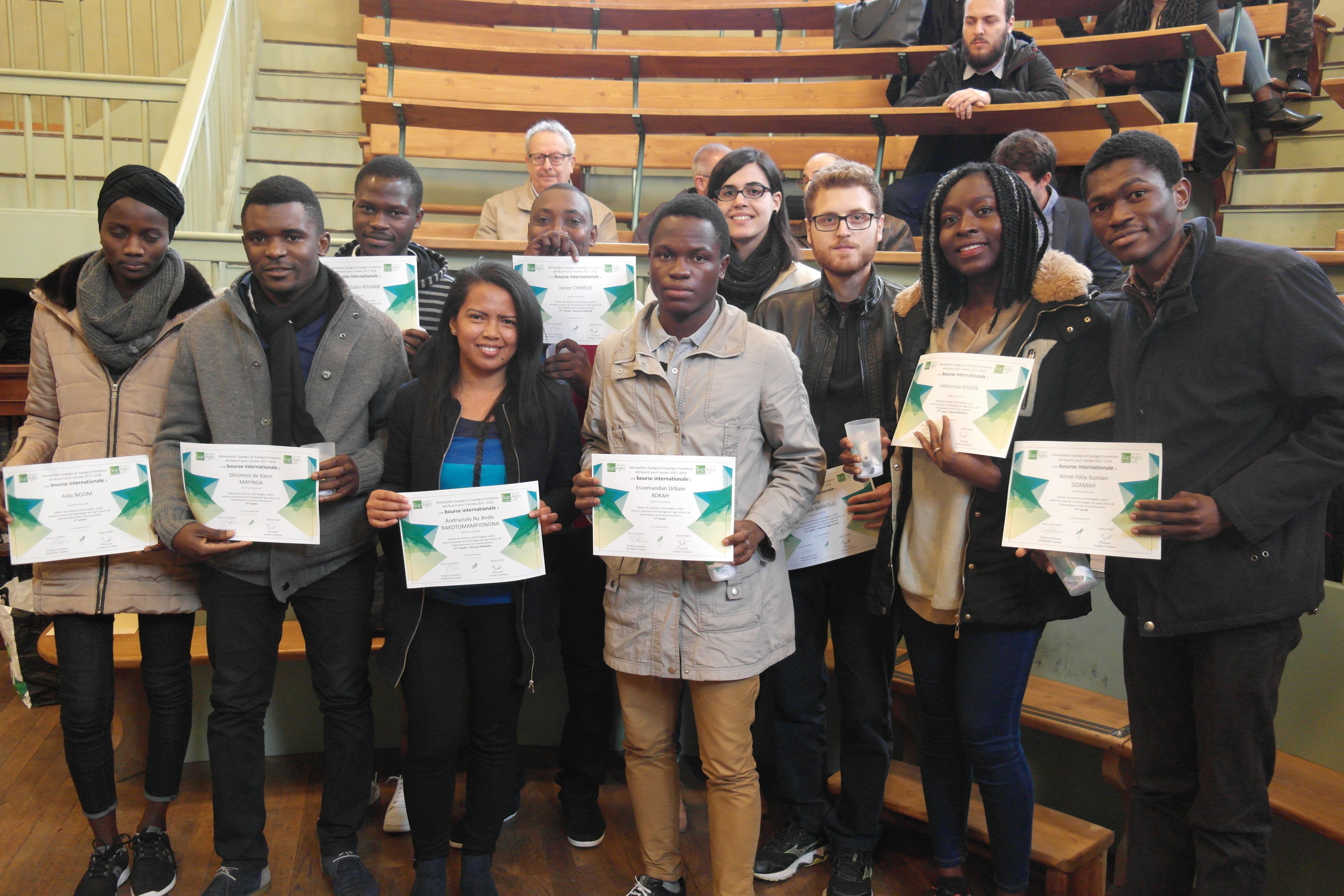 Des étudiants du Master 3A recevant leur certificat de bourses