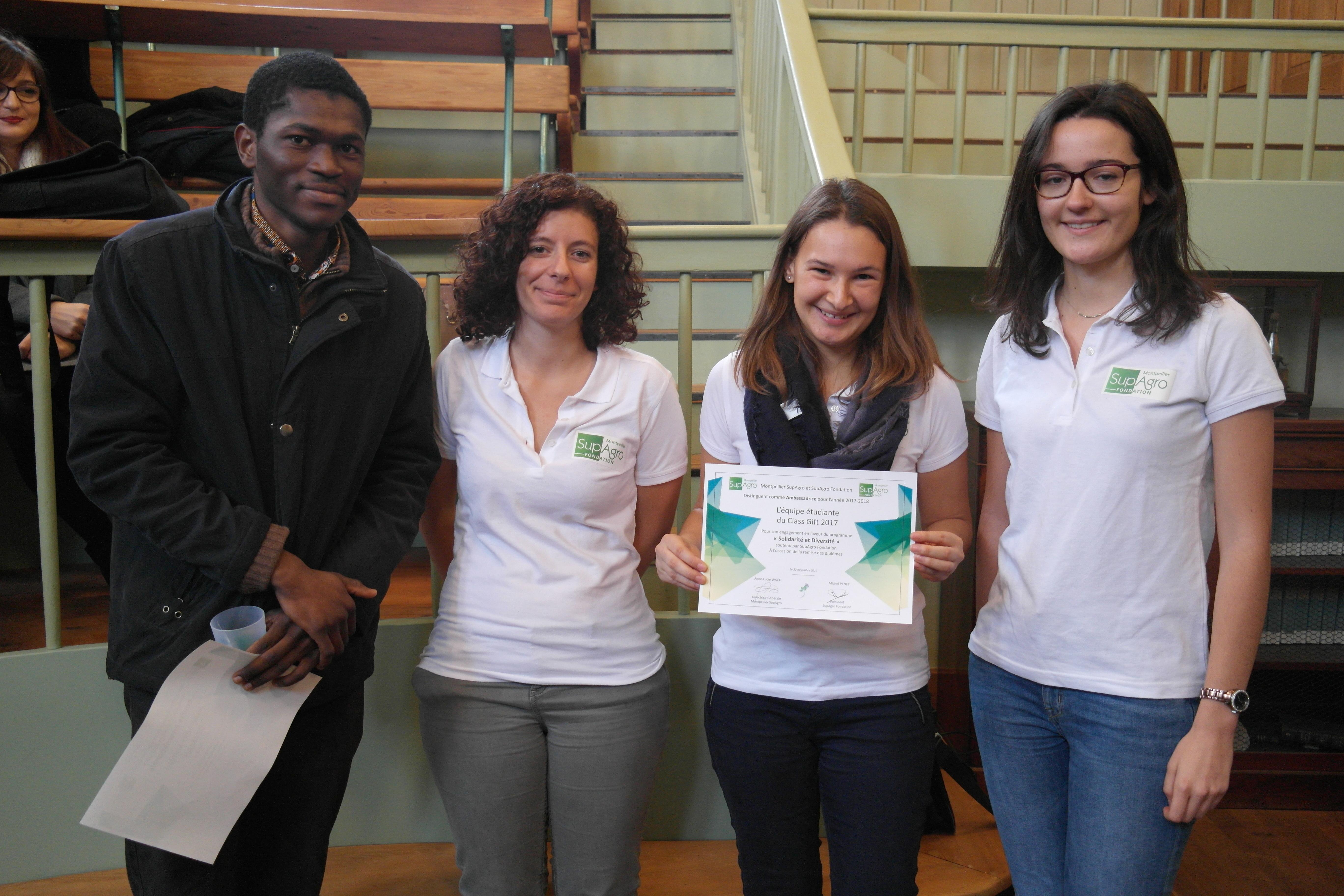 """Une partie de l'équipe Class Gift 2017 distinguée pôur son implication dans cette campagne d'appel à don en faveur du programme """"Solidarité et Diversité"""""""
