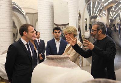 Emmanuel et Brigitte Macron dans l'atelier de l'artiste en mars à New Delhi
